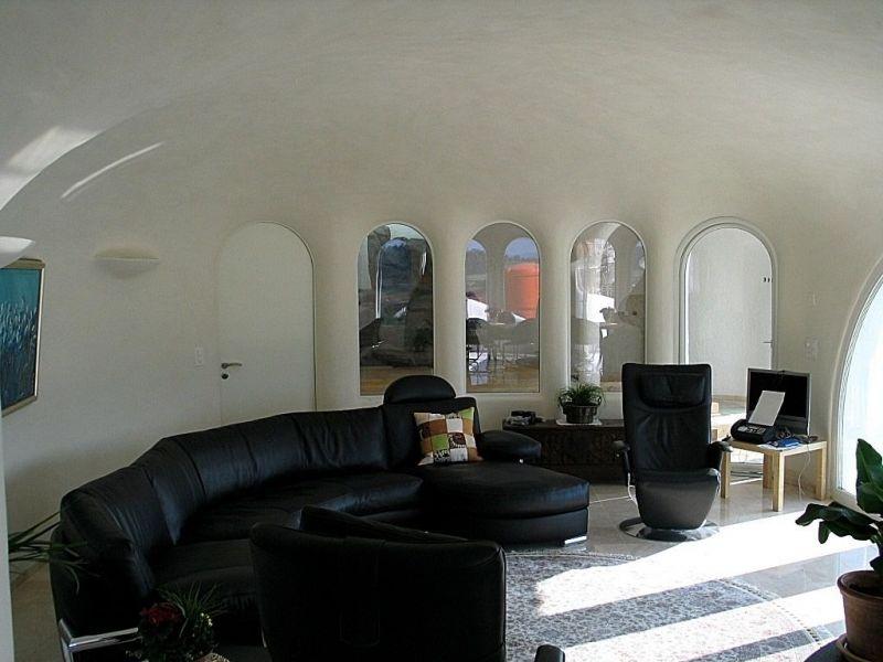 lehmwaende-und-lehmdecke-wohnzimmer